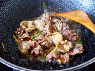 鸡胗爆炒大白菜,大火翻炒至鸡胗断生变色,盛出备用。