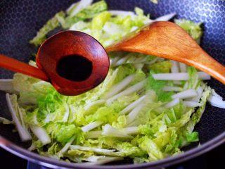 鸡胗爆炒大白菜,大火快速翻炒后,加入剩下的5克生抽调味调色。