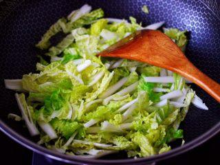 鸡胗爆炒大白菜,另起油锅,倒入剩下的15克花生油烧热,倒入大白菜。