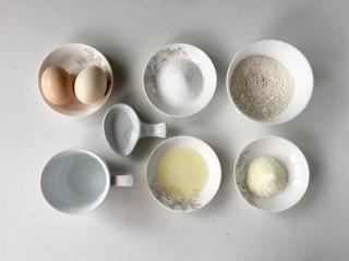 日式舒芙蕾松饼,准备好食材,牛奶可以用现成的纯牛奶,也可以用奶粉冲调;把鸡蛋的蛋清和蛋黄分离,放蛋清的盆必须无水无油。