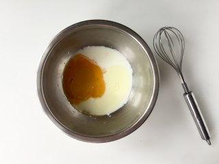 日式舒芙蕾松饼,把蛋黄、牛奶、玉米油混合均匀,搅拌至无水油分离的乳化状态。