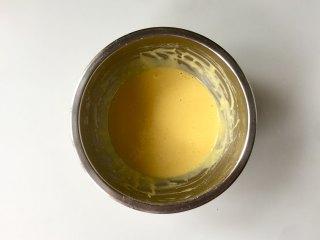 """日式舒芙蕾松饼,用""""Z""""字或""""一""""字的手法把面糊搅拌成无颗粒的顺滑滴落状态。"""