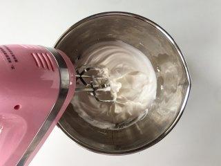 日式舒芙蕾松饼,蛋清中一次性加入细砂糖,滴入白醋或柠檬汁,用电动打蛋器把蛋清打至湿性发泡,即提起打蛋头,蛋清成大弯钩的状态。