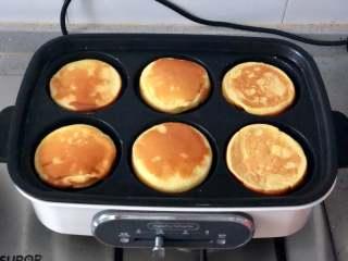 日式舒芙蕾松饼,翻面后再煎2~3分钟即可。