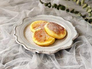 日式舒芙蕾松饼,装盘,可以搭配各种水果和酱料,我就简单的撒上了一层糖霜,也是美美哒~