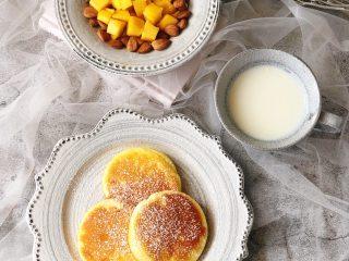 日式舒芙蕾松饼,搭配一杯牛奶或咖啡,再来一些水果和坚果,美味和颜值并存的早餐或下午茶就准备好啦!开始享用吧!