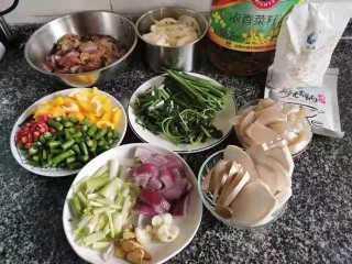 好吃到爆的麻辣香锅,鸡肉腌制的时候准备配菜,配菜可根据自己喜好切大小