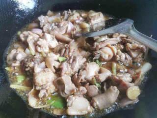 好吃到爆的麻辣香锅,翻炒五分钟左右,油鸡上的鸡油一定要慢慢翻炒出油才好