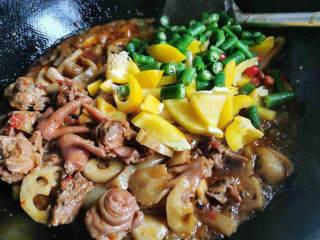 好吃到爆的麻辣香锅,加入彩椒,青椒,小米椒翻炒两三分钟左右
