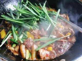 好吃到爆的麻辣香锅,再加入韭菜,小葱,味精翻炒均匀