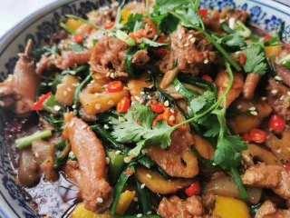 好吃到爆的麻辣香锅,出锅撒芝麻,小葱,香菜即可食用。