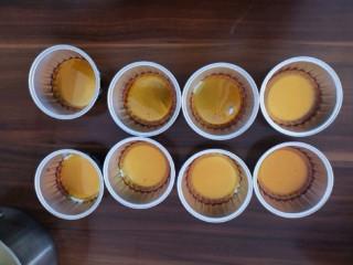芝士焦糖布丁,把焦糖液趁热倒入布丁杯中,大概每杯6g