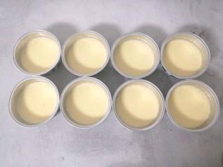 芝士焦糖布丁,把布丁液倒入已经装好焦糖液的布丁杯中,均分到8杯中
