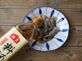 虾扯蛋,将鲜虾洗净剥去头壳去虾线,留虾尾,加入适量料酒。