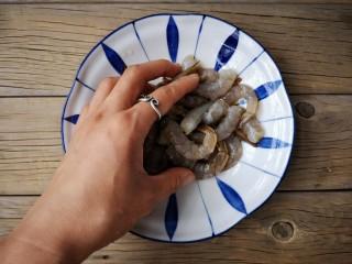 虾扯蛋,抓拌均匀,腌制10分钟入味。