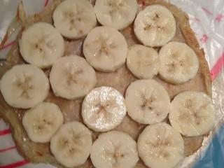 香蕉飞饼卷,香蕉切片铺在一块飞饼上,浇上适量炼乳,把另外一块飞饼盖在上面