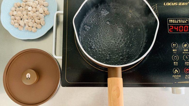 脏脏珍珠奶茶,锅中水开下入做好的珍珠,沿着锅边不停的搅拌,防止粘锅。