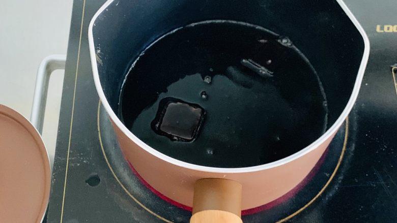脏脏珍珠奶茶,锅中再次倒入60克的水、40克的黑糖,中小火融化。这里注意,不要用太大的火,防止水分蒸发,糖结晶。