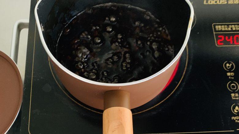 脏脏珍珠奶茶,加入40克的黑糖融化到无颗粒,水沸腾后关火加入50克的木薯粉快速搅拌均匀成厚厚的糊状。(我这里丢了一张图在做会补上)