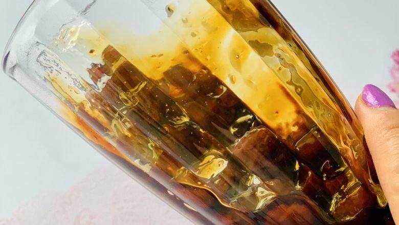 脏脏珍珠奶茶,做好的珍珠糖,倒入杯中,杯子倾斜45度角转动杯子让糖浆挂在杯壁上。