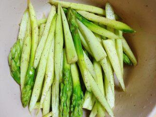 迷迭香黑胡椒牛排,将芦笋与调料搅拌均匀,腌制5分钟。
