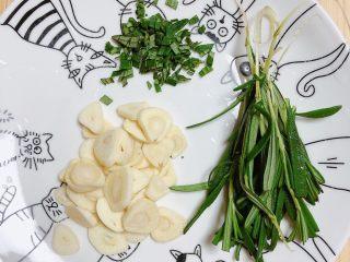 迷迭香黑胡椒牛排,取一些迷迭香叶片切碎、大蒜切小片儿待用。