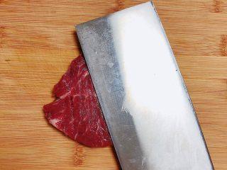 迷迭香黑胡椒牛排,将牛排片放在菜板上,用刀面做轻轻拍打(卖牛排鲜肉的欧巴给的建议),这样会更好吃。