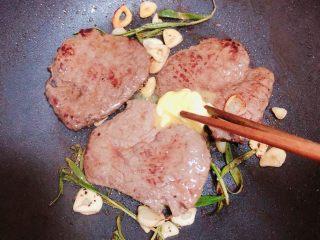 迷迭香黑胡椒牛排,翻面后放入一小块黄油。
