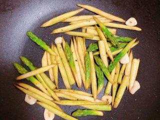 迷迭香黑胡椒牛排,放一些蒜片儿,翻炒均匀60秒即可出锅。