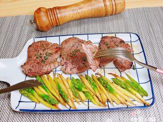 迷迭香黑胡椒牛排,我的牛排9分熟,小朋友吃,非常好切,肉质入味细腻有嚼劲!