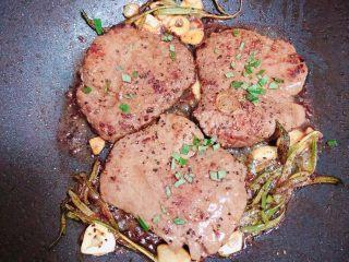 迷迭香黑胡椒牛排,最后撒上一些迷迭香碎,即可出锅了。