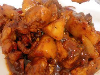 烧鸡块,捞出装盘,既可以吃啦,肉质鲜嫩,一点也不柴哦,和碗米饭是百分百的绝配