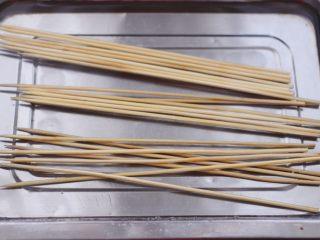 时蔬孜然烤鸡肉串,竹签提前用清水浸泡半个小时。