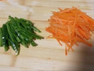 胡萝卜拌鸡丝,小段青椒、胡萝卜切丝