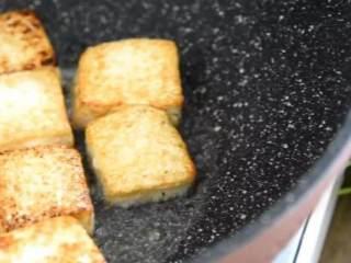 这才是香辣豆腐最好吃的做法,开胃又下饭,看饿了,起油锅,将豆腐两面煎至金黄