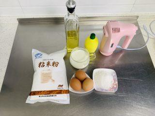 粘米糕,准备材料。 蒸锅提前烧开蒸米糕的水。