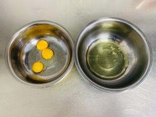 粘米糕,将蛋清与蛋黄分离,分别放入干净的盆中。