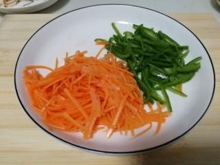 胡萝卜拌鸡丝,装盘,撒上些许盐拌匀,静置小会儿