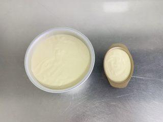 粘米糕,提起模具轻摔两三下,帮助排出大气泡。