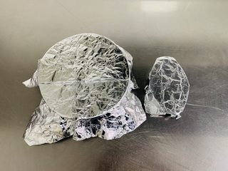 粘米糕,用保鲜膜或者是锡纸密封在模具上。防止蒸锅上的水滴落在面糊上。