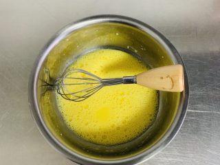 粘米糕,蛋黄、牛奶、橄榄油充分的搅拌均匀。