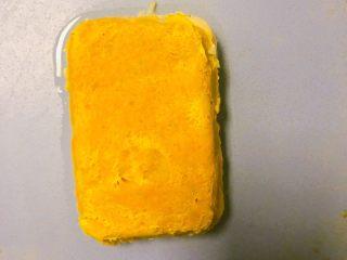 西兰花玉米鸡肉糕,脱模,脱模后插上西兰花球摆盘