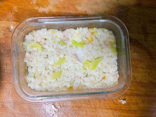 西兰花玉米鸡肉糕,再铺上米饭,这里我用的是之前蒸好宝宝没吃完的,如果大家没有时间蒸米饭不加也可以