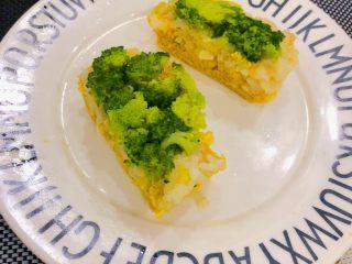 西兰花玉米鸡肉糕,摆盘
