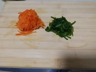 胡萝卜拌鸡丝,等水出来,捏干备用