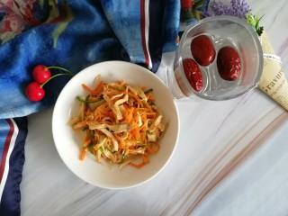胡萝卜拌鸡丝,如果能有些生菜、水果点缀,会更赞哒!