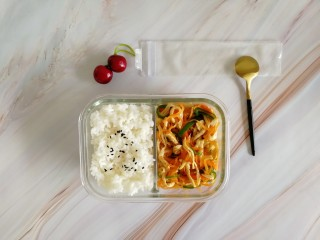 胡萝卜拌鸡丝,装到便当盒,加上米饭。有菜有肉还不油,减肥是不是可以这样子愉悦点(此处应有捂脸表情)