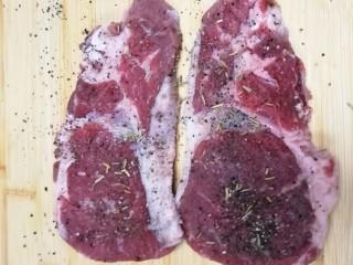 迷迭香黑胡椒牛排,肉上均匀的撒上黑胡椒和盐,还有迷迭香