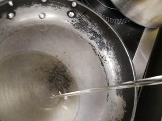 迷迭香黑胡椒牛排,锅烧热了,倒油,炒菜也要遵循热锅凉油的规则