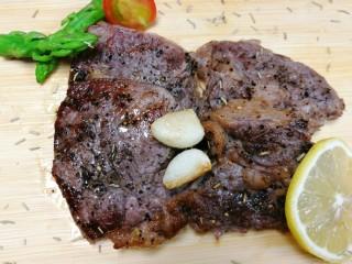 迷迭香黑胡椒牛排,最后就可以摆盘了,我是直接放在木质菜板上